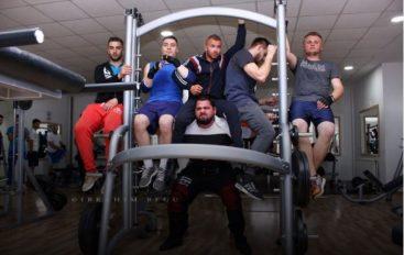 Ma i forti i Kosovës, ngriti me shpinë lart pesë meshkuj!
