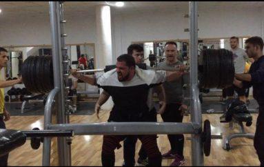 Njeriu më i fortë në Kosovë, ja sa qindra kilogram i çon…