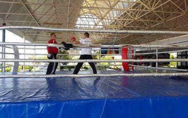 Kreu i sportit turk, viziton boksierët në kampin në Ajvalek