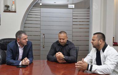 Trajneri i Majlindat Kelmendit godet ashpër dhe pyet partitë politike…