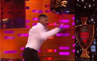 Joshua 'bishë' e vërtetë, shkatërron makinën e boksit (Video)