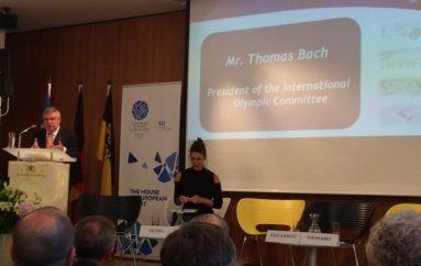 Bach premtoi ndihmë për zgjidhjen e problemit të mospajisjes me viza të sportistëve tanë