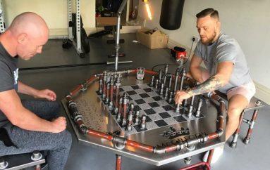 """McGregor """"braktis"""" sportet luftarake dhe nis lojën e shahut"""