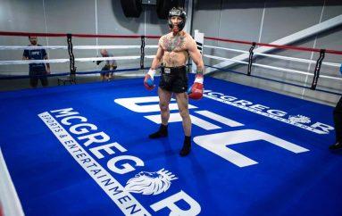 McGregor zbarkon në Las Vegas, vijon stërvitjen në shtëpinë e Mayweather