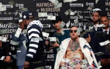 """Momenti kur Mayweather """"e lanë"""" me dollarë McGregorin pasi e ofendoi (Video)"""