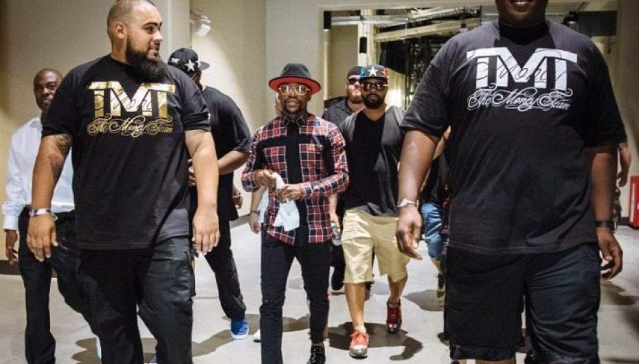 """Mayweather """"frikë"""" nga fansat, i rrethuar nga 8 truproja në daljet publike"""