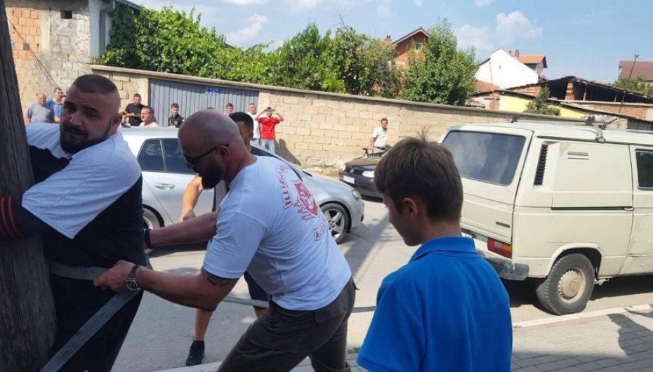 Njeriu më i fortë në Kosovë kapet për shtyllë dhe bën mrekulli!