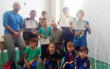 Debuton me suksese KM Mentaz Allajbegu kurse Beni Allajbegu i shpërblen financiarisht