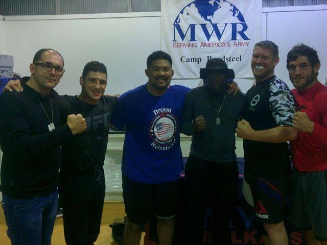 Salihu në mesin e legjendave të UFC  takoi ushtarët për pjesmarje në ICF   Ferizaj