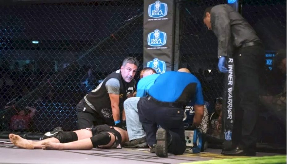 UFC, mjekët i shpëtojnë jetën me defibrilator pas një shkelmi në fytyrë