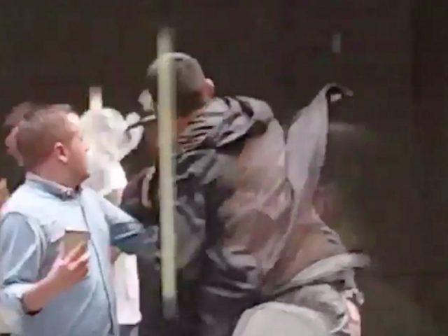 Video   Yjet e UFC sherr në rrugët e Sydney