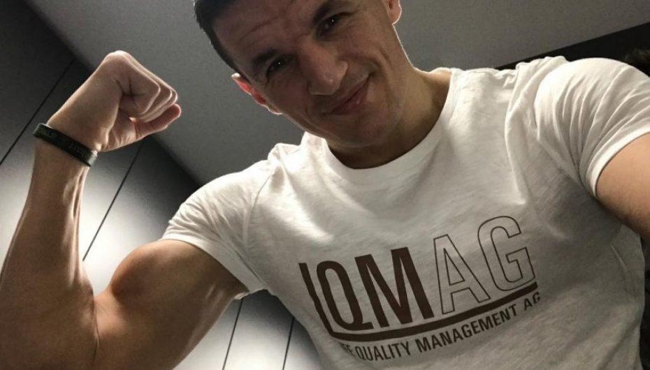 Haxhi Krasniqi tregon muskujt, pak ditë para duelit