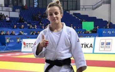 Distria Krasniqi dhe Akil Gjakova marrin shpërblimeve shtetërore