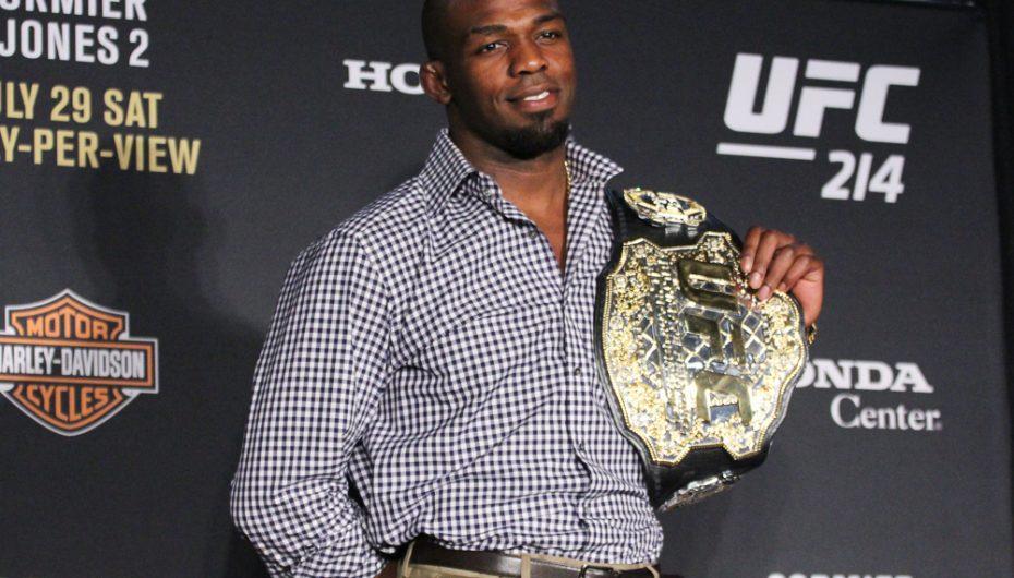 Jones: E ndjej që jam akoma kampioni i UFC, edhe pa brez
