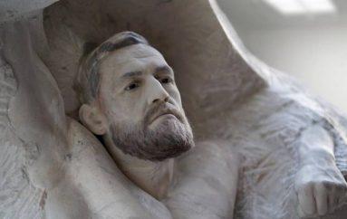 Një skulpturë mermeri, dhurata speciale për McGregor