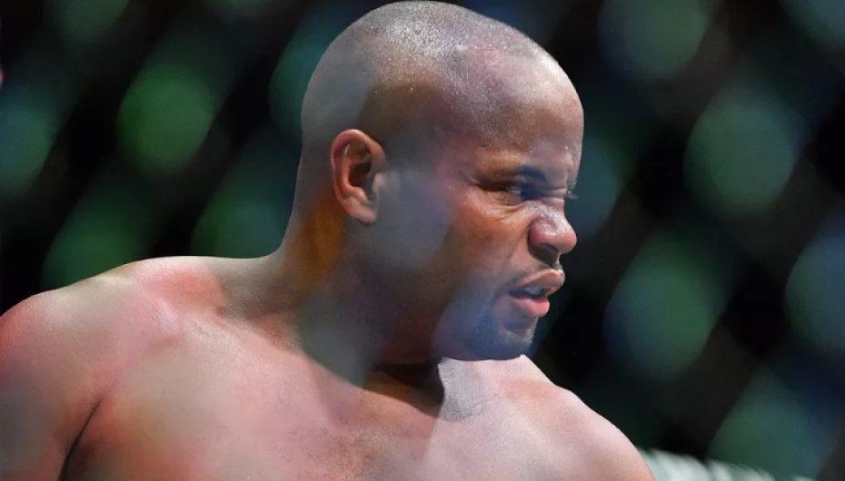 UFC, kampioni i botës në peshat e rënda pezullohet 6 muaj