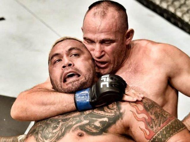 Oleinik  mbyt  Mark Hunt në duelin e peshës së rëndë
