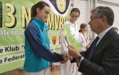 Motrat binjake Idrizi u takuan në finale, ja cila fitoi