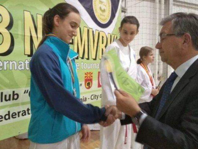 Motrat binjake Idrizi u takuan në finale  ja cila fitoi