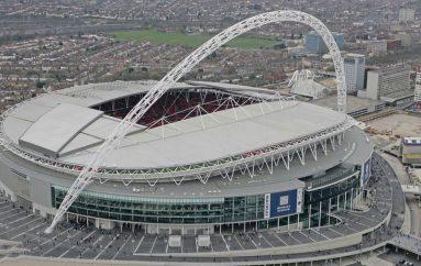 Takohemi në Wembley, boksieri anglez sfidon bishën!