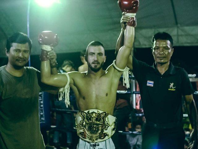 Luan Rudaj  djaloshi që po i nokauton tajlandezët  tani fiton titull botëror