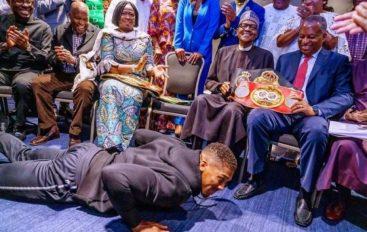 Nuk dorëzohet në ring, Joshua gjunjëzohet përpara presidentit