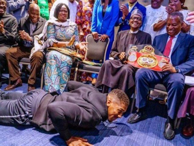 Nuk dorëzohet në ring  Joshua gjunjëzohet përpara presidentit