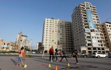 Boksieret në Gaza ushtrojnë në plazh pas mbylljes së klubeve